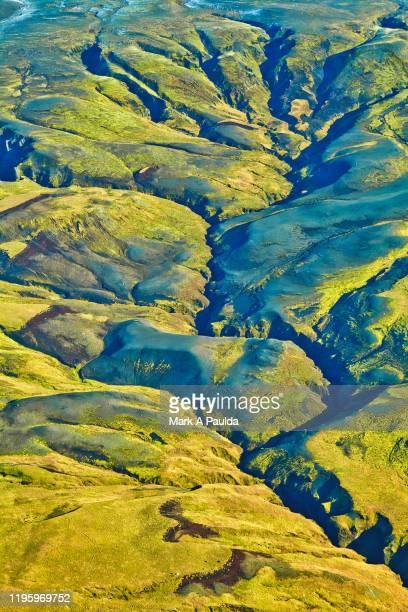 tributaries from top of mountains into a valley - inquadratura da un aereo foto e immagini stock
