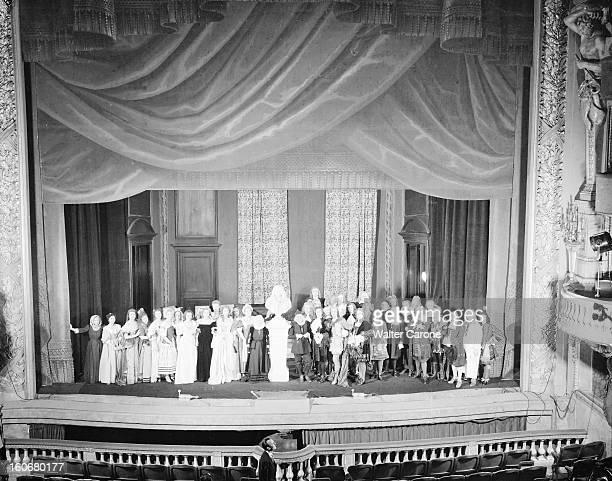 Tribute To Moliere At The French Comedy. Paris, janvier 1951 : sur la scène du Théâtre de la Comédie-Française, 40 comédiens revêtus des costumes de...