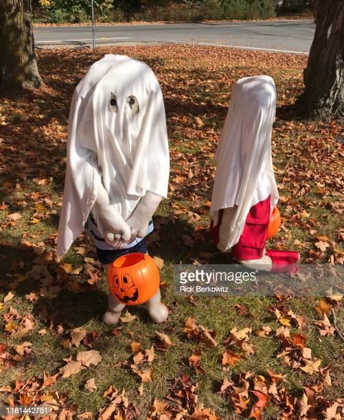 trick or treat scarecrow  kids - ghost player foto e immagini stock