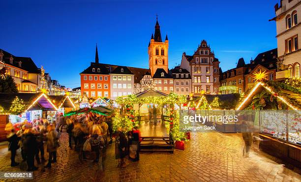 trier - main square and christmas market - duitsland stockfoto's en -beelden