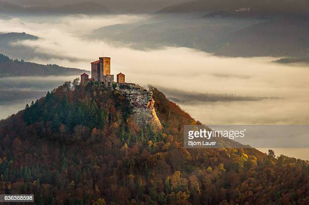 trifels castle on a foggy autumn morning - castle stock-fotos und bilder