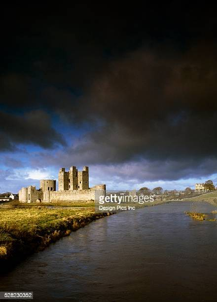 trim castle and river boyne under heavy clouding in county meath, ireland - djerba stock pictures, royalty-free photos & images