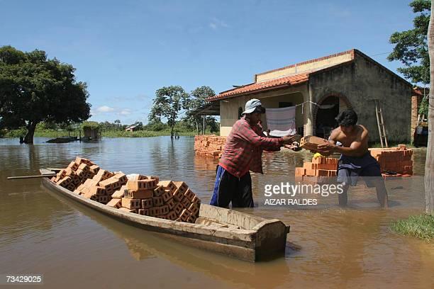 Dos hombres rescatan en un bote ladrillos del agua en un barrio inundadado en las afueras de Trinidad Beni a 1300 km de La Paz el 26 de febrero de...
