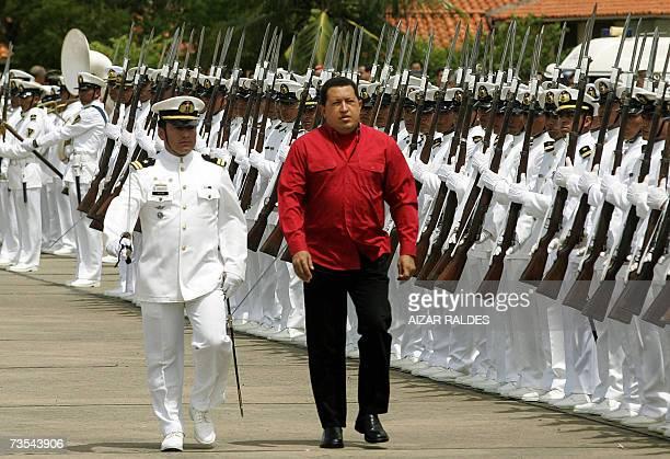 El presidente de Venezuela Hugo Chavez pasa revista a integrantes de la Fuerza Naval de Bolivia el 10 de marzo de 2007 en Trinidad, departamento del...