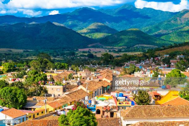 trinidad, cuba: aerial view of the colonial town houses roof and the escambray mountains as the backdrop - sancti spiritus provincie stockfoto's en -beelden