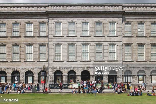 trinity college library - book of kells stock-fotos und bilder