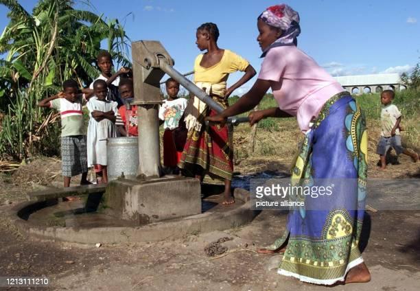 Trinkwasser pumpen Dorfbewohner am 832000 in der mosambikanischen Siedlung Estaquina rund 1200 Kilometer nördlich der Hauptstadt Maputo aus einer...