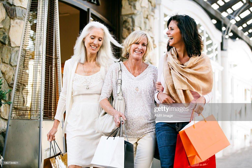 Trio de belas Mulheres Maduras de Compras : Foto de stock