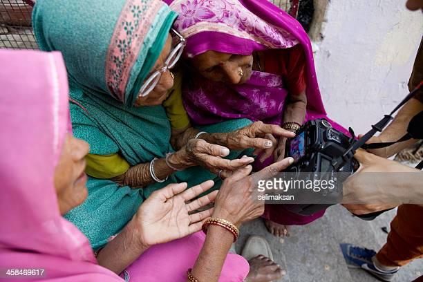 trio di donne indiane esaminare lcd della fotocamera - reportage foto e immagini stock