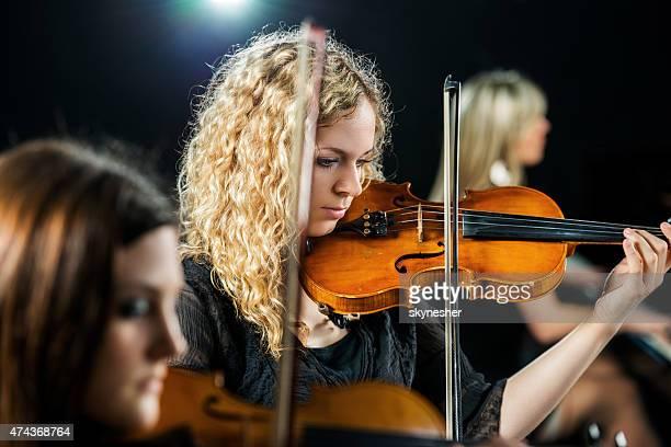 Trio orchestre performance.
