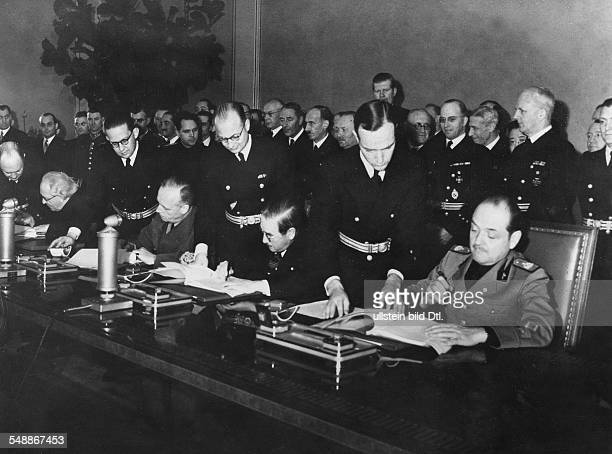 Tripartite Pact Signing of the agreement in the grand reception room of the Chancellery in Berlin at the table from right the Italian ambassador Gino...