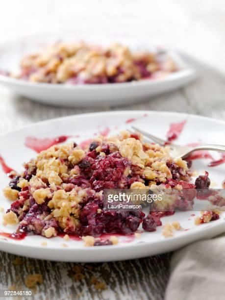 drievoudige berry crisp - portie stockfoto's en -beelden