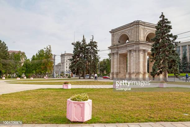 triumphal arch in chisinau - gwengoat stock pictures, royalty-free photos & images