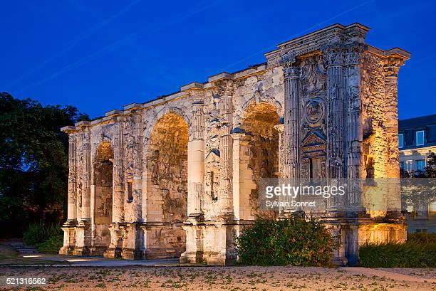 triumphal arch in reims - reims stock pictures, royalty-free photos & images