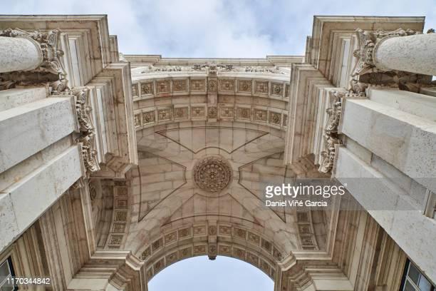 triumphal arch leading to praca do comercio in lisbon, portugal - praça do comércio imagens e fotografias de stock
