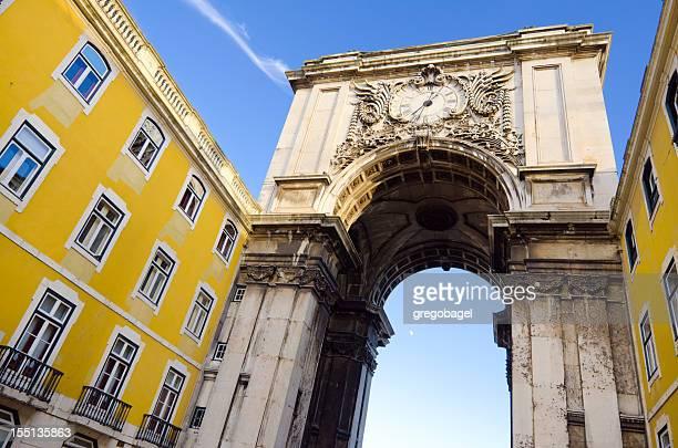 arco do triunfo conduzindo a praça do comércio, em lisboa, portugal - praça do comércio imagens e fotografias de stock