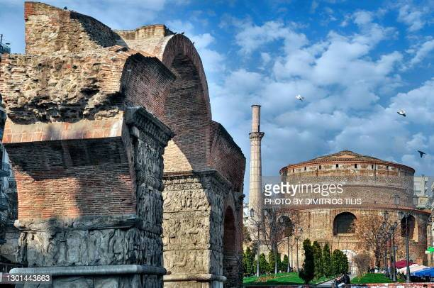 triumphal arch of galerius and rotunda - dimitrios tilis stock pictures, royalty-free photos & images