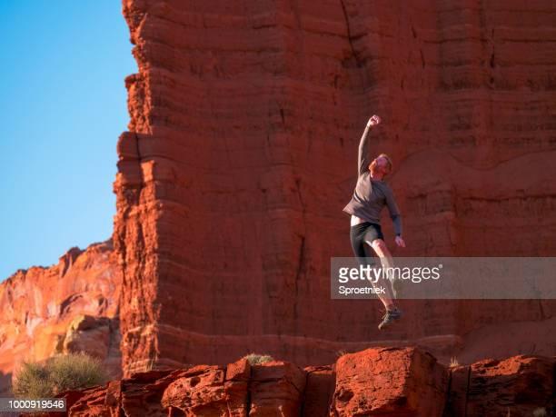 triumferande äventyr löpare hoppning i seger - front view bildbanksfoton och bilder