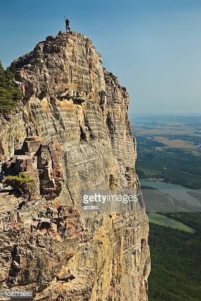 triunfante hombre over precipice - flanco de valle fotografías e imágenes de stock