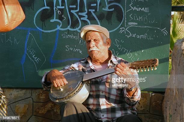 Türkei Antalya älterer Mann spielt auf einem Banjo