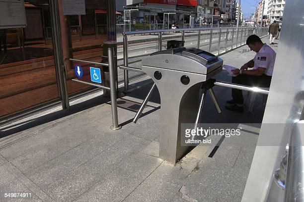 Türkei Antalya moderne Strassenbahn mit elektronisch gesicherten Haltestellen gegen Schwarzfahrer