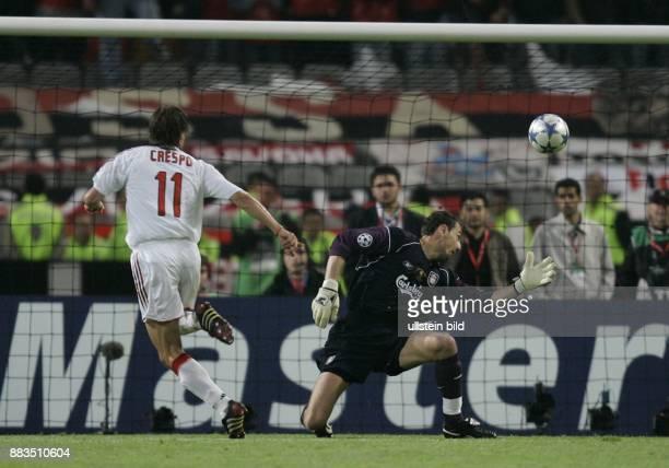 UEFA Champions League Saison 2004/2005 Finale AC MailandFC Liverpool 56 nach Elfmeterschießen Tor zum 30 durch Mailands Hernan Crespo vorbei an...