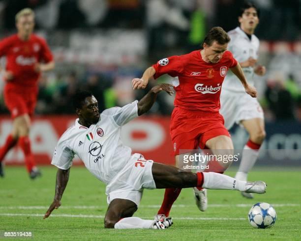 UEFA Champions League Saison 2004/2005 Finale AC MailandFC Liverpool 56 nach Elfmeterschießen Grätsche von Mailands Clarence Seedorf gegen Vladimir...