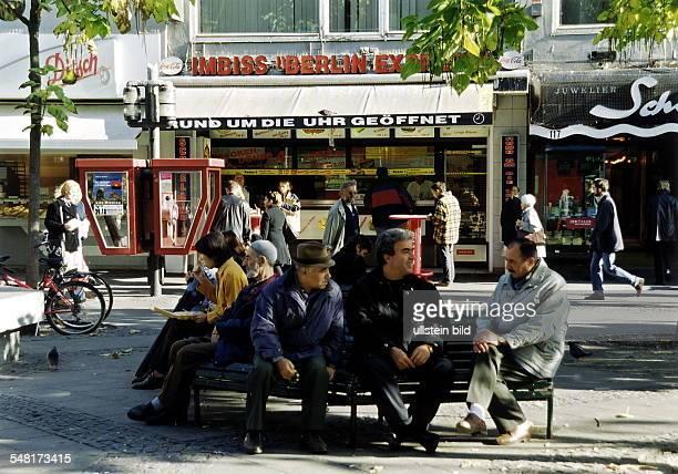 Türkische Männer sitzen auf einer Bank in der Fussgängerzone Wilmersdorfer Strasse - 1999
