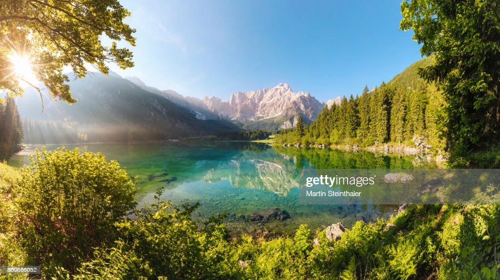 Türkisfarbener Alpensee mit Bergpanorama Idylle : Stock-Foto