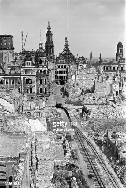 Trümmerbahn in the Schloßstraße in front of the destroyed Dresden Castle with the Hausmannsturm Katholische Hofkirche and the Ständehaus Date unknown...