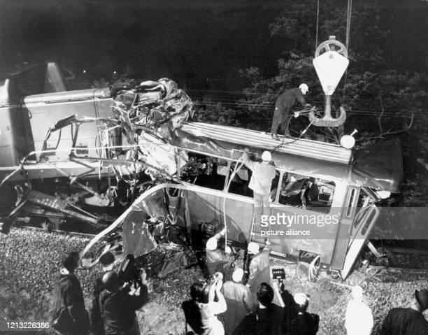 Trümmerteile des Schienenbusses werden hochgehievt Bei dem bisher schwersten Bahnunglück der Nachkriegszeit in der Bundesrepublik sind 41 Schüler und...