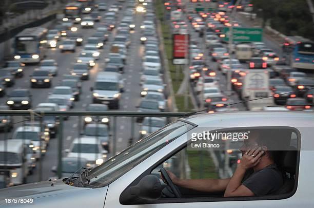 Trânsito congestionado na avenida 23 de Maio em São Paulo. | Congested transit on 23 de Maio avenue in São Paulo. | Carro, Carros, Ônibus, Moto,...