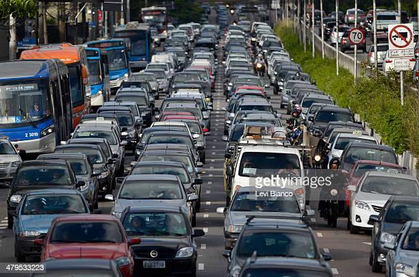 Trânsito congestionado na avenida Moreira Guimarães em São Paulo.   Congested transit on Moreira Guimaraes avenue in São Paulo.   Carro, Carros,...