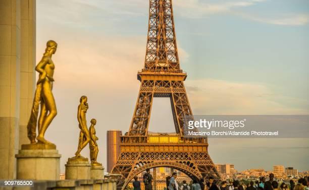 trocadéro, place des droits de l'homme and tour eiffel (eiffel tower) - シャイヨー宮 ストックフォトと画像