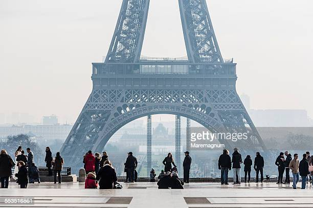 trocadéro, rights of man square and eiffel tower - トロカデロ地区 ストックフォトと画像