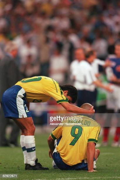3 FRANKREICH FUSSBALLWELTMEISTER 1998 BEBETO/BRA troestet RONALDO/BRA am Boden