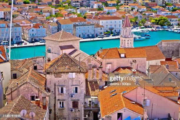 trogir landmarks rooftops and turquoise sea view - paisajes de isla de  granada fotografías e imágenes de stock