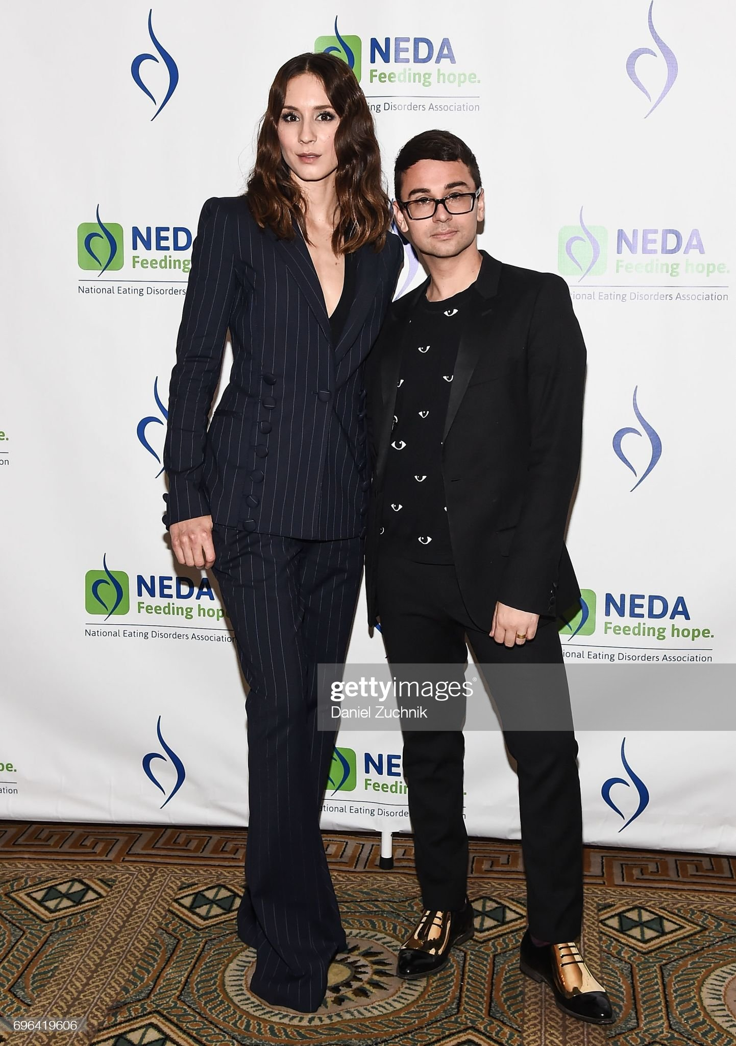 ¿Cuánto mide Troian Bellisario? - Real height Troian-bellisario-and-christian-siriano-attend-the-15th-annual-gala-picture-id696419606?s=2048x2048