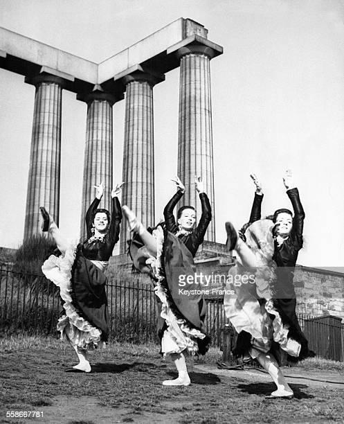 Trois danseuses du corps de ballet de la troupe de Sadler's Well répètent leur chorégraphie sur Calton Hill en vue de se présenter au Festival...