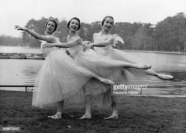 Trois danseuses en tutu du ballet du Marquis de Cuevas ont dansé l'arrivée du printemps au Bois de Boulogne le 21 mars 1958 à Paris France