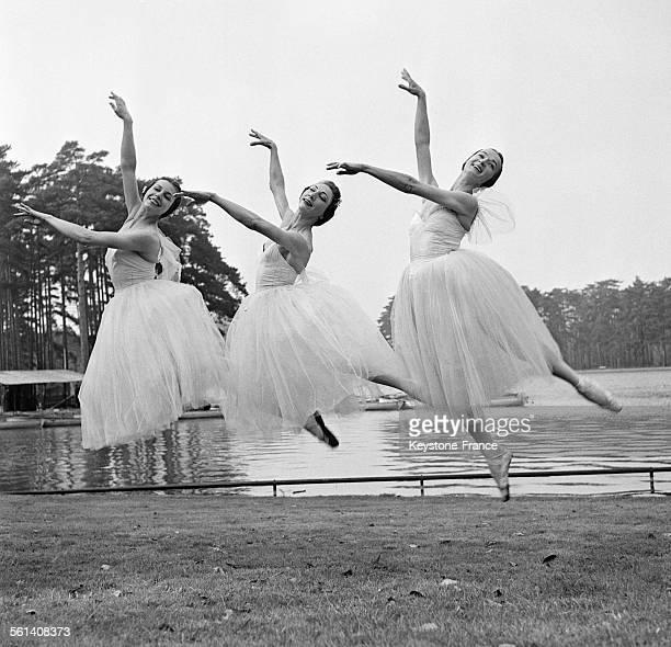 Trois danseuses étoiles des ballets du Marquis de Cuevas célèbrent le printemps au Bois de Boulogne par un pas de danse le 21 mars 1958 à Paris France