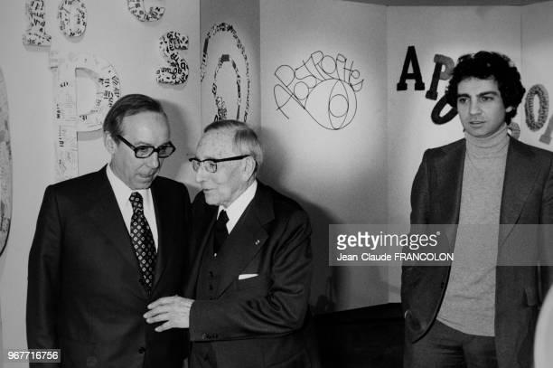 le député Michel Debré entouré de son père Robert et de son fils Bernard tous deux médecins sur la plateau de l'émission 'Apostrophes' le 27 février...