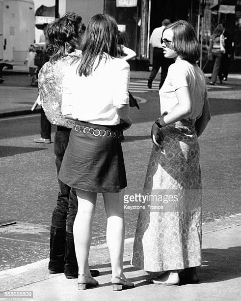 Trois jeunes gens en tenues hippies et branchées à Portobello Road circa 1960 à Londres RoyaumeUni