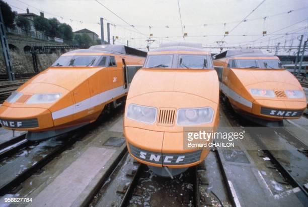 Trois rames du prototype de TGV sur les voies de la SNCF en septembre 1981 en France