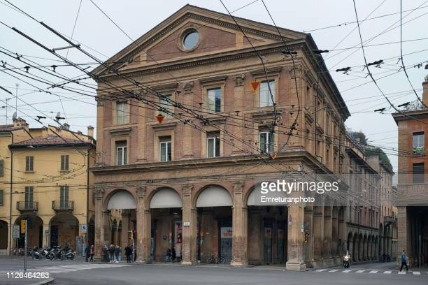 trolleybus electric cables above in a city street in bologna. - emreturanphoto stock-fotos und bilder