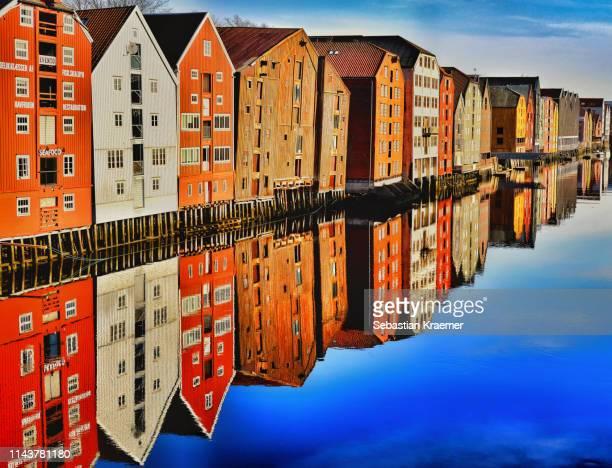 trondheim houses by nidelva river in morning sun - trondheim fotografías e imágenes de stock