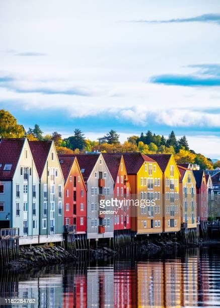 トロンハイムの古い建物 - ノルウェー - トロンハイム ストックフォトと画像