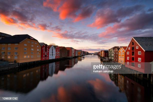trondheim old town with colourful old warehouses in ovre elvehavn. - trondheim fotografías e imágenes de stock