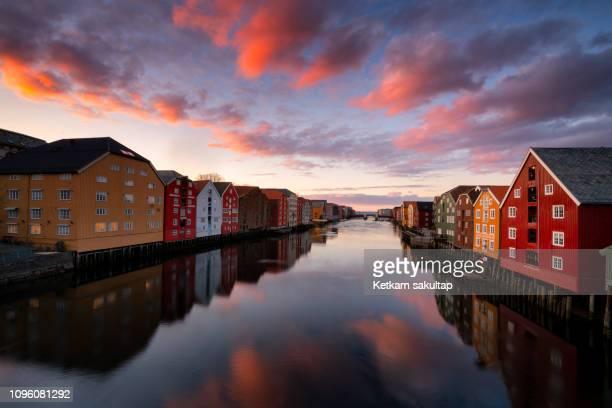 trondheim old town with colourful old warehouses in ovre elvehavn. - noruega - fotografias e filmes do acervo