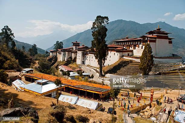 trongsa dzong during teaching ceremony - merten snijders - fotografias e filmes do acervo